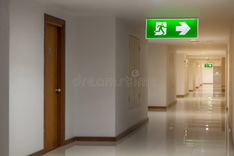 The绿色紧急出口标志在显示方式的旅馆里逃脱 免版税库存图片