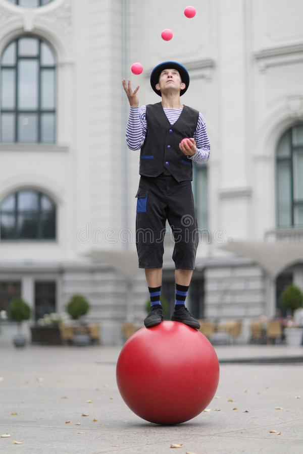 Free The Clown And Balancer Juggles With Pink Balls Royalty Free Stock Images - 135086769