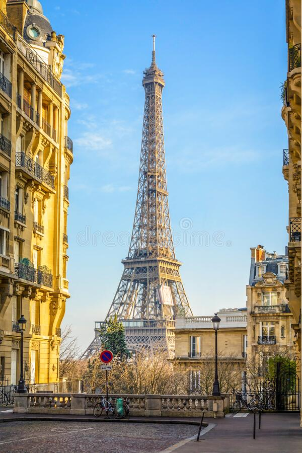 Free The Eiffel Tower Seen From A Small Cobbled Dead-end Street Royalty Free Stock Images - 179502119