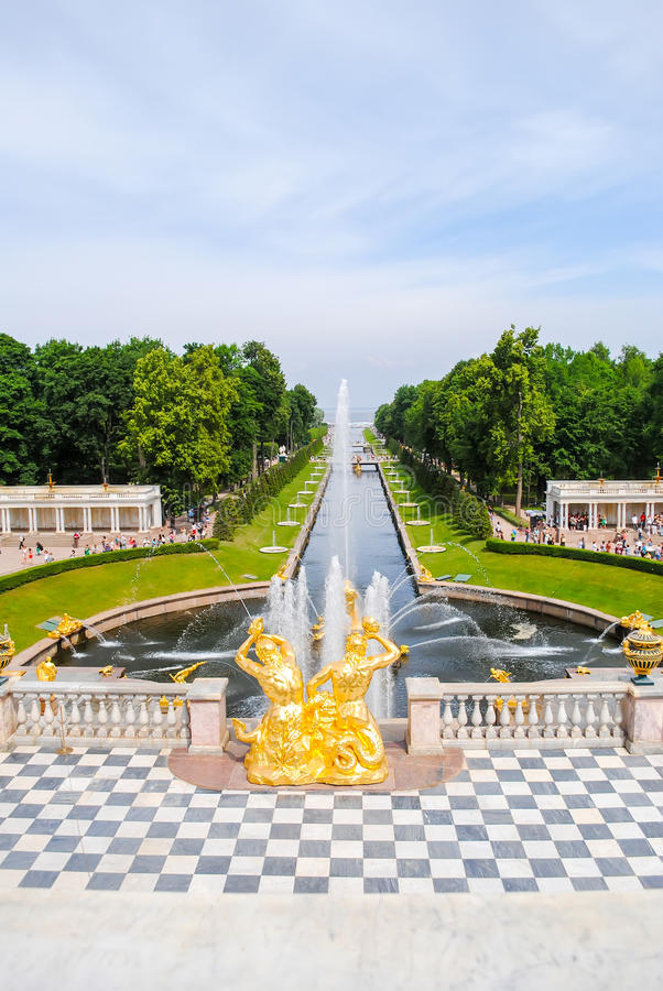 Free The Magnificent Fountains Of Peterhof Royalty Free Stock Photo - 76612885