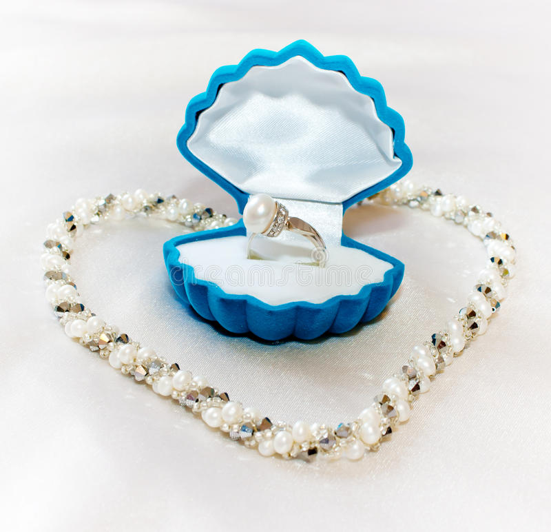 Free The Perl Ring And The Pearl Necklace Royalty Free Stock Images - 19166379