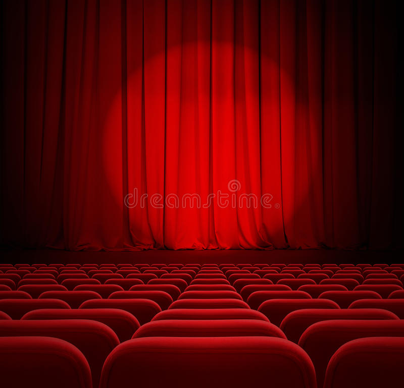 Theater of bioskoop rode gordijnen met schijnwerper en zetels royalty-vrije stock foto's