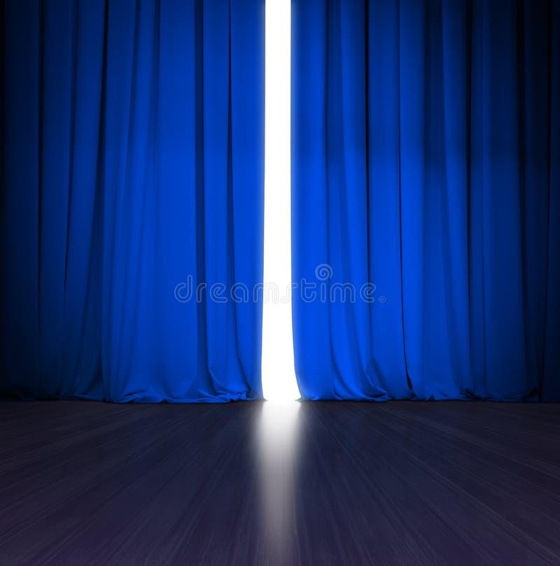 Theater blauw gordijn lichtjes open met helder licht erachter en houten stadium of scène royalty-vrije stock foto