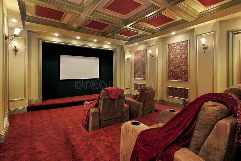 Theater mit rotem Auslegen mit Teppich des Plüschs stockbild