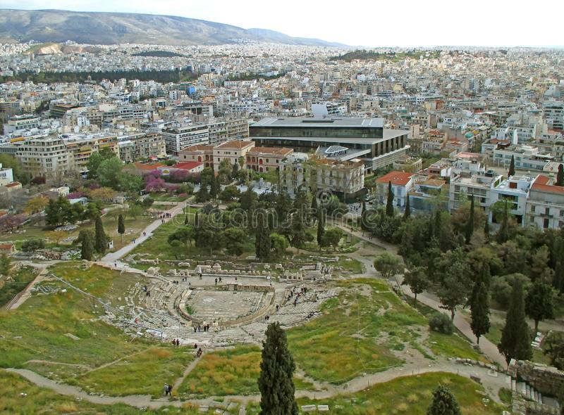 Theater van Dionysus-Ruïnes en de Moderne Bouw van het Weergeven van het Akropolismuseum van de Akropolis van Athene, Griekenland stock foto