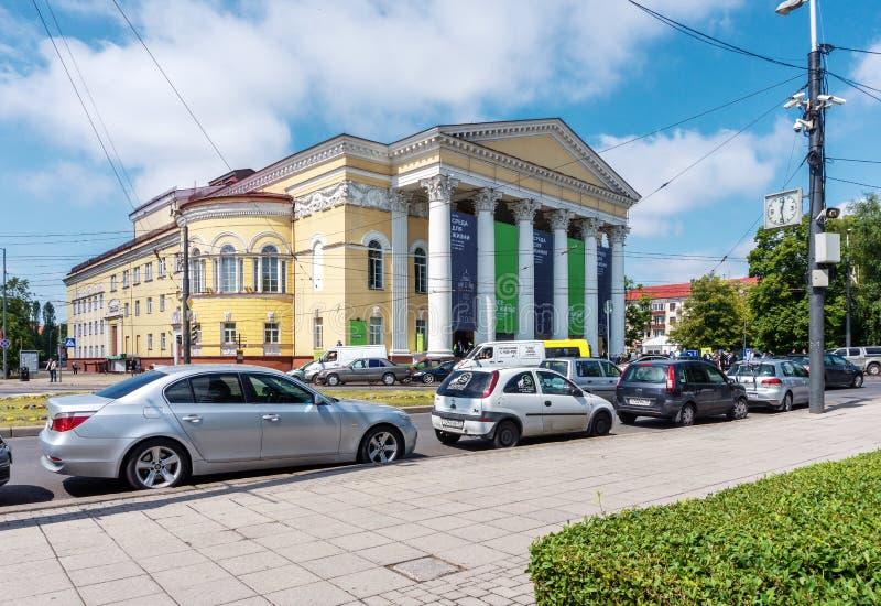 Theater van het Kaliningrad het Regionale Drama met een opstopping in voorgrond stock fotografie