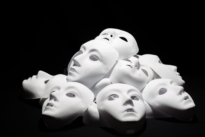Theater witte maskers op zwarte achtergrond royalty-vrije stock afbeeldingen
