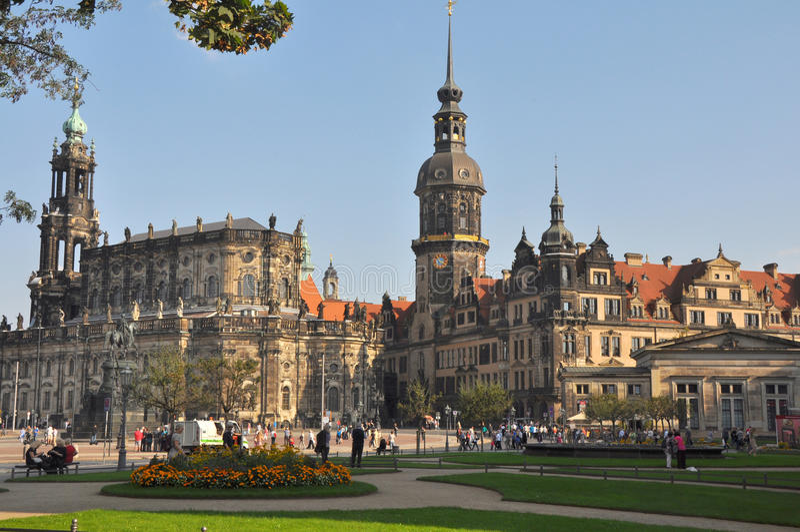 Theaterplatz med sikt till den katolska domkyrkan av Dresden, Tyskland arkivbild