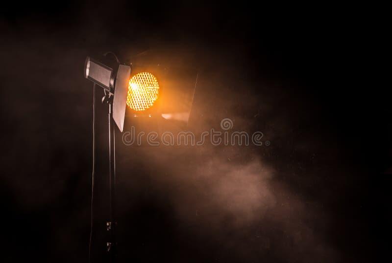 Theaterscheinwerferlicht auf schwarzem Hintergrund stockfotografie