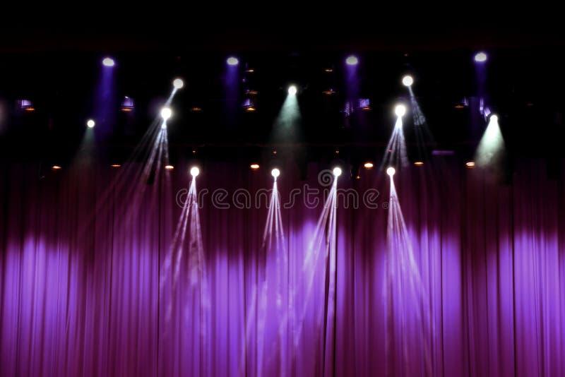 Theaterstadium mit purpurroten Vorhängen stockbild