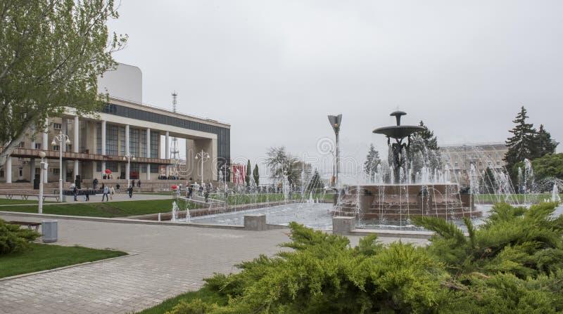 Theatervierkant met een fontein in het centrum Beeldhouwer E Vucetic royalty-vrije stock afbeeldingen