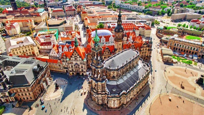 Theatervierkant (Theaterplatz) in het historische centrum van Dresden, aan de linkerzijde - Katholische Hofkirche Saksen, Duitsla royalty-vrije stock afbeelding