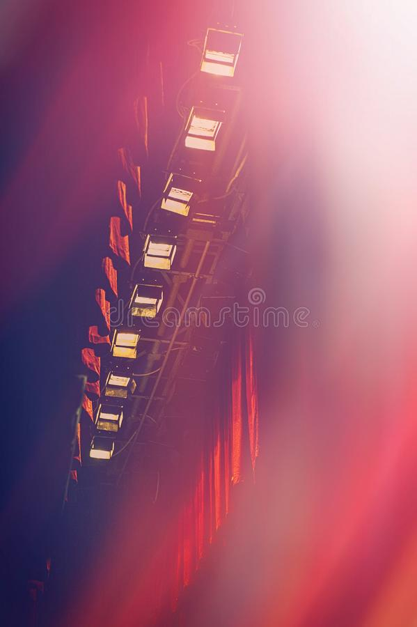 Theatrale verlichting en gordijn Stadiummateriaal stock afbeelding