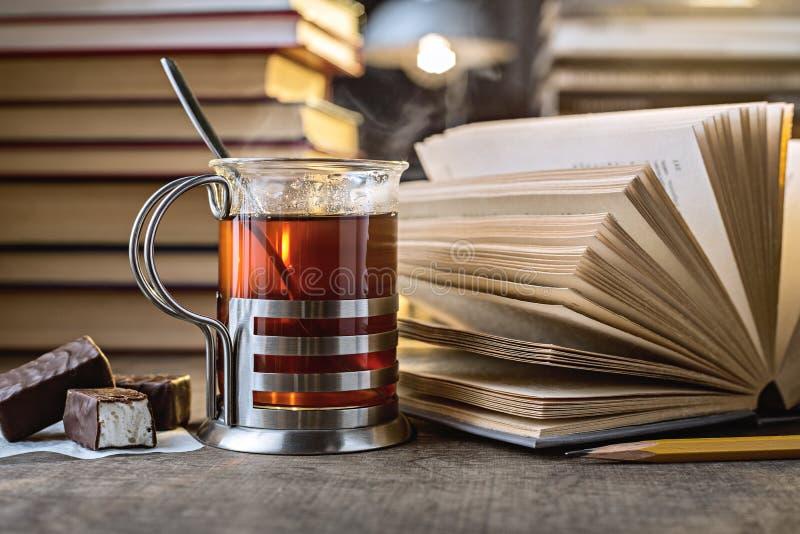Thee en boeken stock fotografie