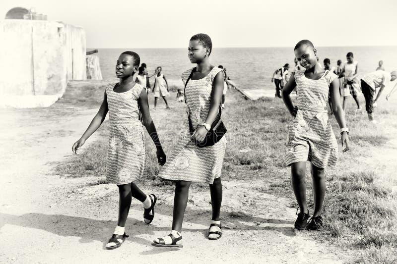 Thee ghanaische Mädchen in den selben kleidet an stockfoto