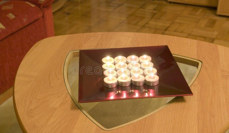 Thee-lichte kaarsen op een lijst stock afbeelding