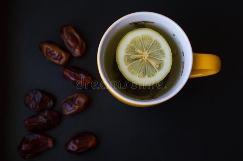 Thee met citroen en Arabische data royalty-vrije stock foto