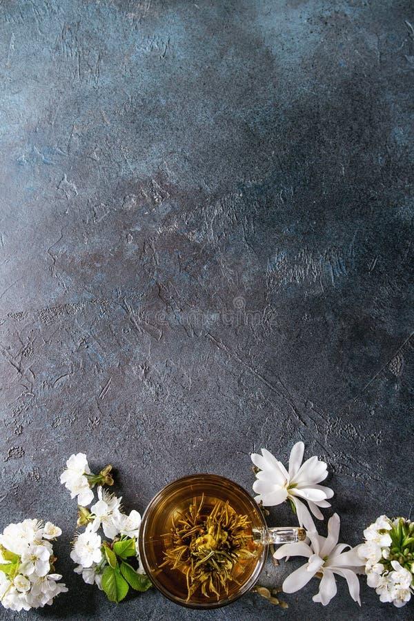 Thee met de lentebloemen stock foto