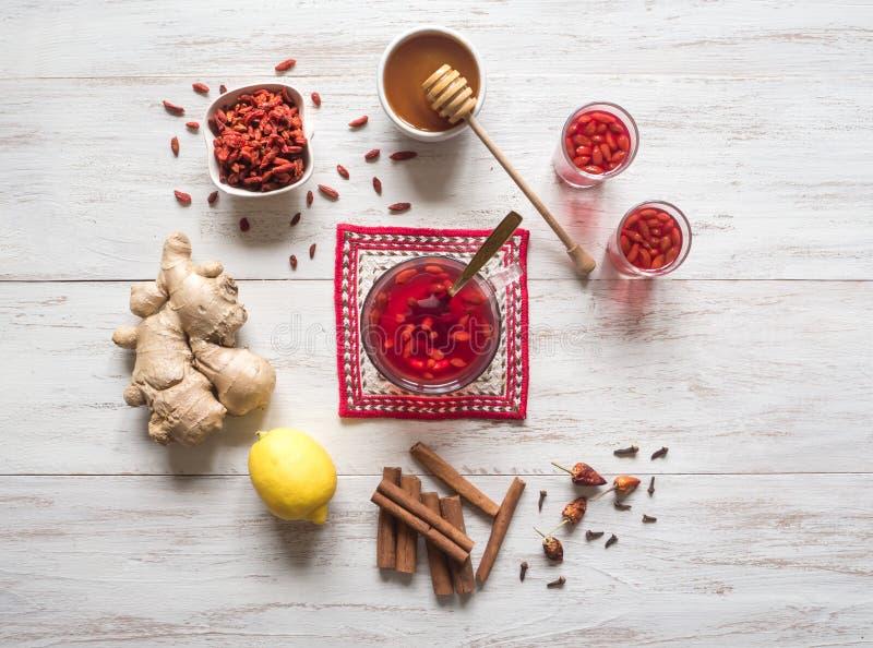 Thee met de verse bessen, de citroen, de honing en de gember van Goji royalty-vrije stock afbeeldingen
