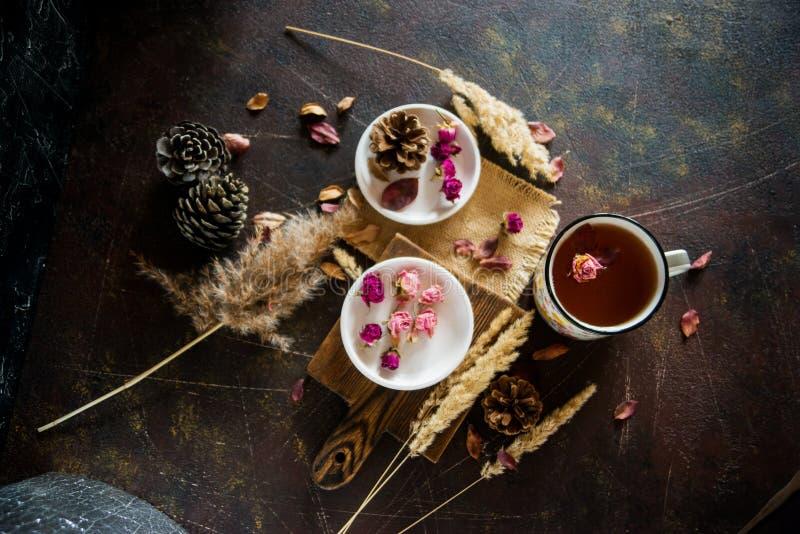Thee met eetbare bloemen, pansies Het concept een comfortabel theekransje van de huisherfst stock afbeeldingen