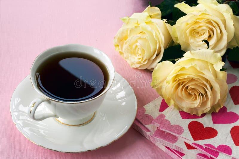 Thee, rozen en servetten met harten stock afbeeldingen