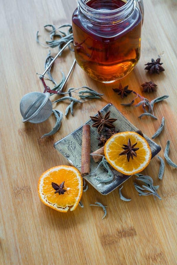 Thee, thee stainer, kaneel, veganistkoekjes en anijsplant op hout royalty-vrije stock afbeelding