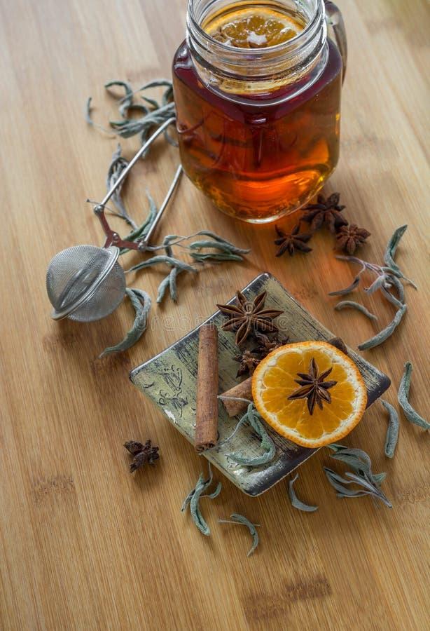 Thee, thee stainer, kaneel, veganistkoekjes en anijsplant op hout stock fotografie