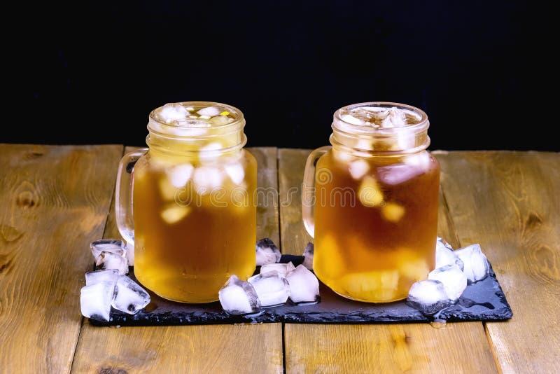 Thee van het de zomer de Koude Ijs met Citrusvrucht en Ijsblokje in van de Achtergrond glaskruik Houten Dichte Omhooggaande Koude royalty-vrije stock afbeelding