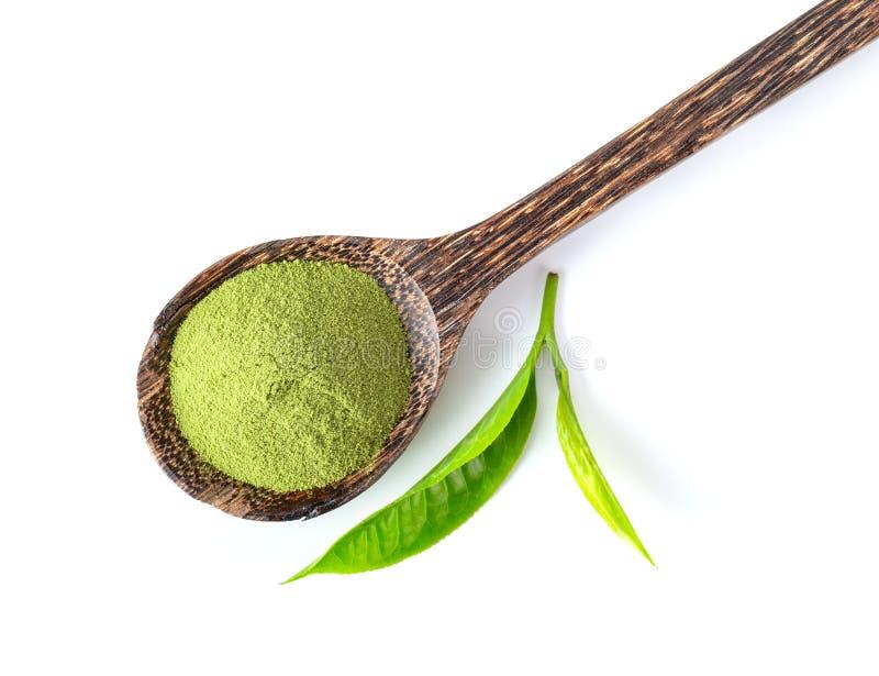 Theeblad en matcha poedert de groene thee zich in houten lepel die op witte achtergrond wordt geïsoleerd stock afbeeldingen