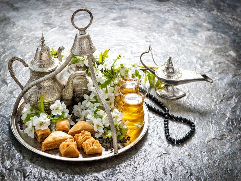 Theeglazen en pot, oosterse traditionele verrukkingsbaklava Vinta royalty-vrije stock afbeeldingen