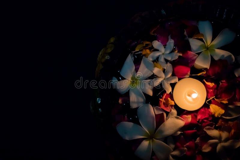 Theekaarsen en bloemen die op water drijven royalty-vrije stock afbeeldingen