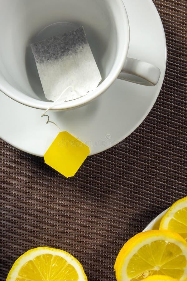 Theekop en plakken van citroen stock afbeeldingen