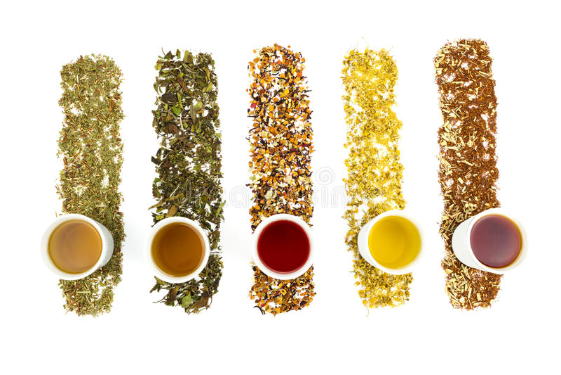 Theekoppen met diverse kleurrijke theeën royalty-vrije stock foto's