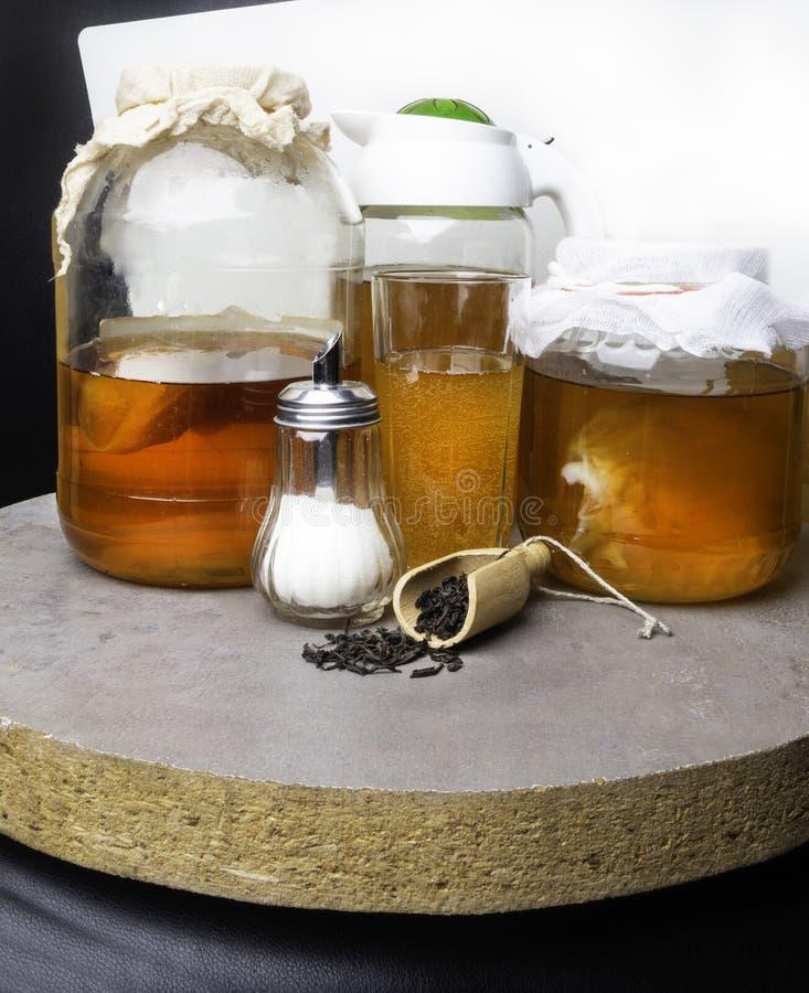 theepaddestoel in een glaskruik met suiker, thee in houten lepel royalty-vrije stock foto