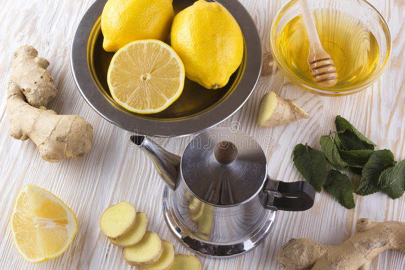 Theepot gemberthee met honing en citroen stock afbeeldingen