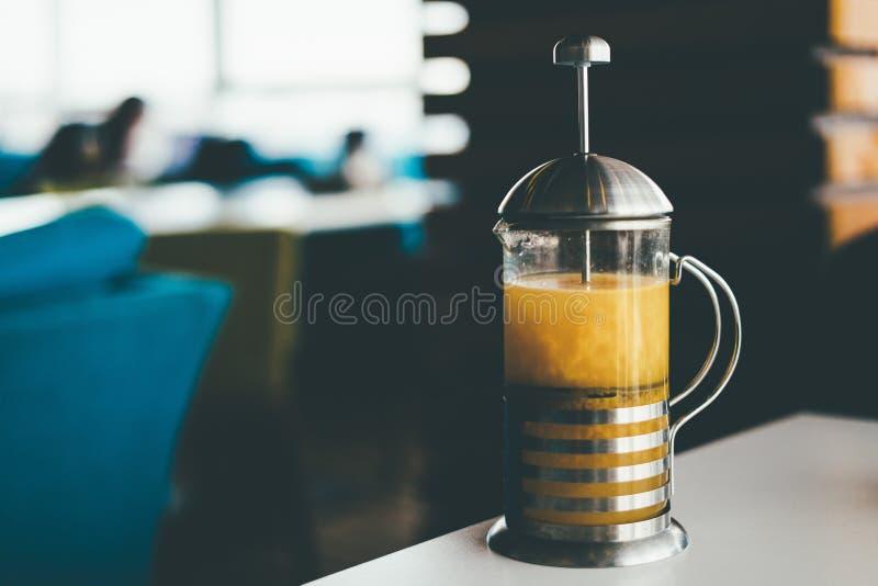 Theepot met thee op de lijst stock afbeelding