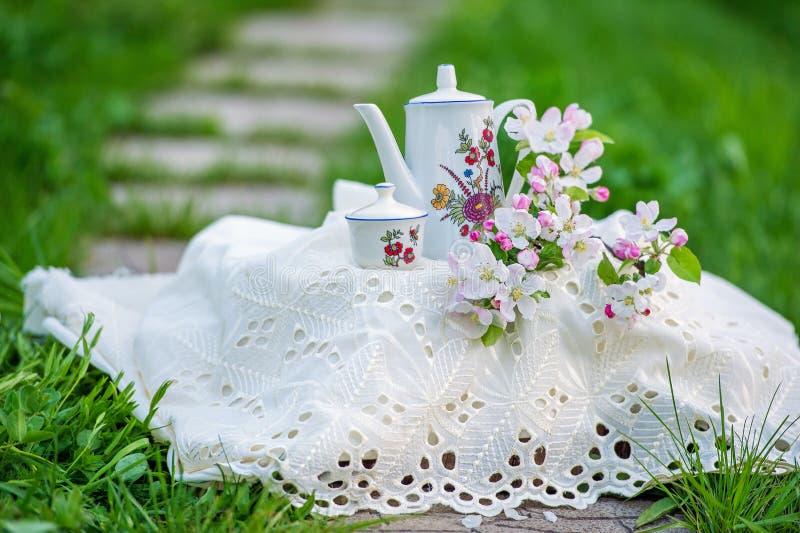 Theetijd in de de lentetuin met boombloesem royalty-vrije stock afbeelding