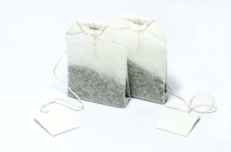 Theezakje in wit wordt geïsoleerd dat stock foto