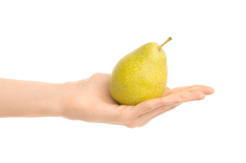 Thema der gesunden Ernährung und der Diät: Menschliche Hand, die grüne Birne lokalisiert auf einem weißen Hintergrund im Studio h stockfotografie