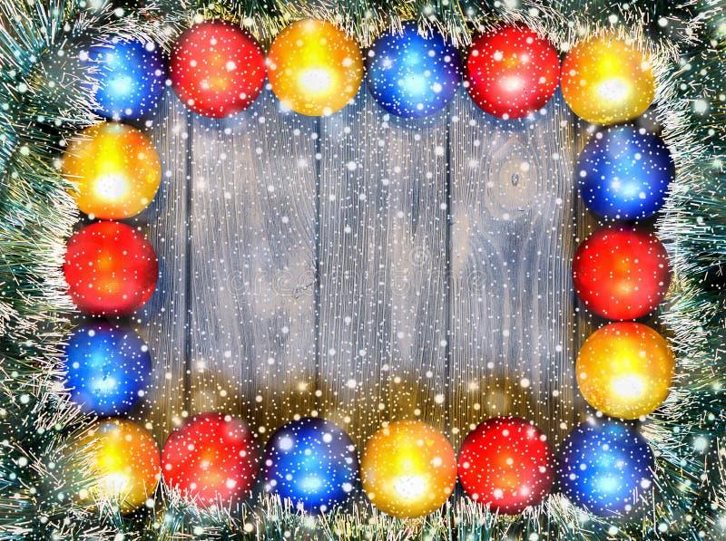 Thema des neuen Jahres: Weihnachtsdekoration und -bälle auf grauem Retro- stilisiertem hölzernem Hintergrund stockbild