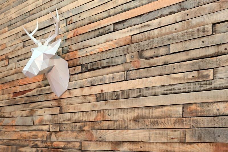 Thema-guten Rutsch ins Neue Jahr Papierrotwildkopf, der an der Wand von hölzernen Planken hängt Perspektive schräg Kopieren Sie P stockfotografie