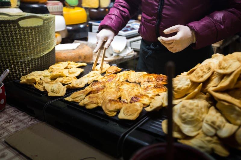 Thema ist traditionelles Straßenlebensmittel in einer europäischen Stadt auf dem Marktplatz in der Tschechischen Republik Prag im stockbilder