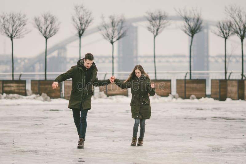 Thema slecht weer in winter, die in de lente, het slechte werk van de sneeuwverwijdering voor stedelijke nut de ontdooien Gevaar  stock foto