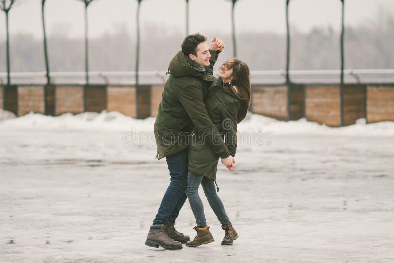 Thema slecht weer in winter, die in de lente, het slechte werk van de sneeuwverwijdering voor stedelijke nut de ontdooien Gevaar  royalty-vrije stock foto