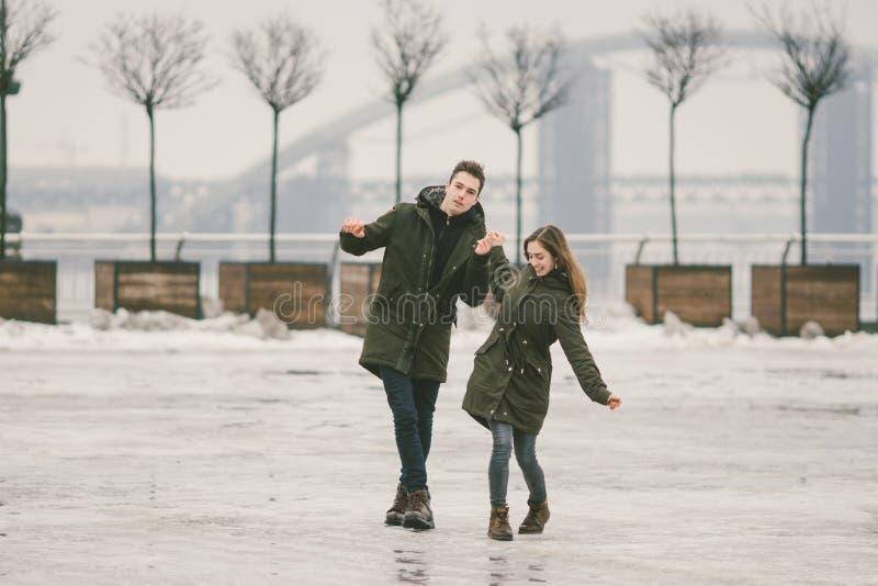 Thema slecht weer in winter, die in de lente, het slechte werk van de sneeuwverwijdering voor stedelijke nut de ontdooien Gevaar  stock fotografie