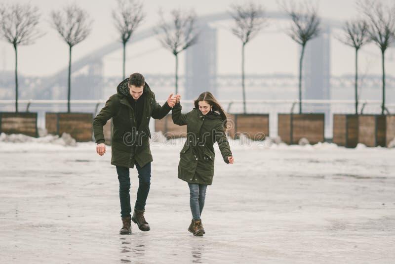 Thema slecht weer in winter, die in de lente, het slechte werk van de sneeuwverwijdering voor stedelijke nut de ontdooien Gevaar  royalty-vrije stock fotografie