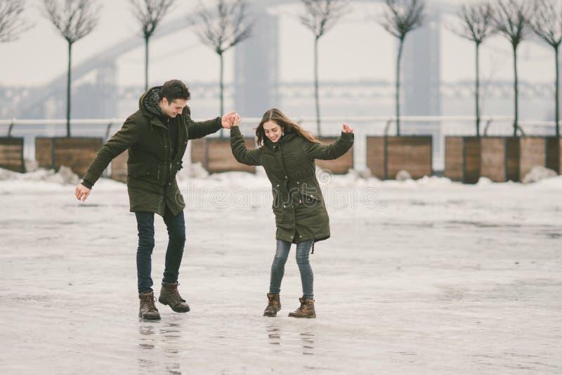 Thema slecht weer in winter, die in de lente, het slechte werk van de sneeuwverwijdering voor stedelijke nut de ontdooien Gevaar  royalty-vrije stock afbeelding