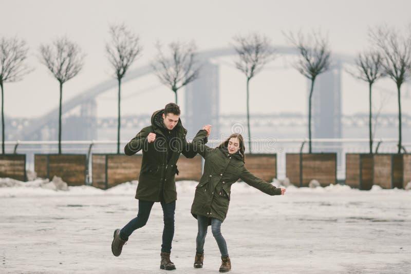 Thema slecht weer in winter, die in de lente, het slechte werk van de sneeuwverwijdering voor stedelijke nut de ontdooien Gevaar  royalty-vrije stock foto's