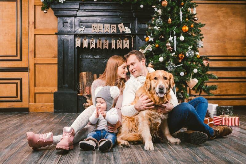 Thema-Weihnachts- und des neuen Jahreskreis der familie Junge kaukasische Familie mit einjährigem Kinderhunderasse Labrador-golde lizenzfreie stockfotografie