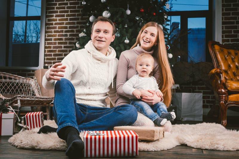 Themakerstmis en de cirkel van de Nieuwjaarfamilie en binnenlands huisdier Mammapapa en kind zitting van de 1 éénjarige de Kaukas royalty-vrije stock afbeelding